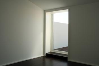Acesso de um dos quartos para o terraço.