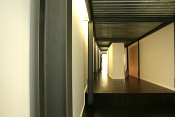 Vista para a sala de refeições (a cozinha é integrada no elemento central a branco).