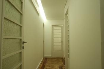 Vista do corredor para os gabinetes.