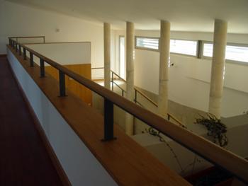 Vista interior da Mezanine para o salão polivalente