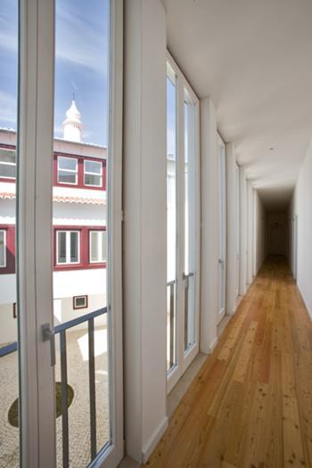 Corredor de acesso aos escritórios confinante com o pátio