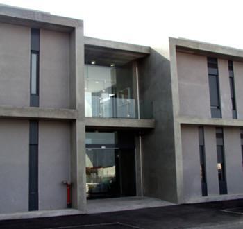 pormenor da fachada nascente / entrada do edifício