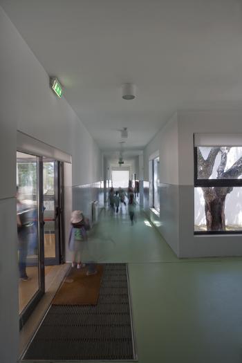 Vista interior - corredor de acesso ao recreio