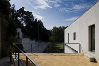 Edifíco B, bancada lateral e acesso a partir do Parque de Sta. Cruz