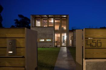 Vista nocturna do acesso à habitação
