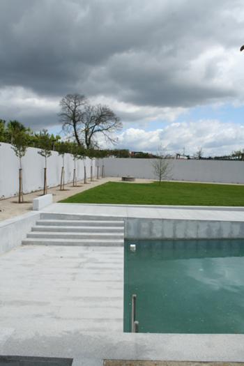 Pormenor da piscina e jardim