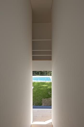 Interior - Escada vista para o exterior sul