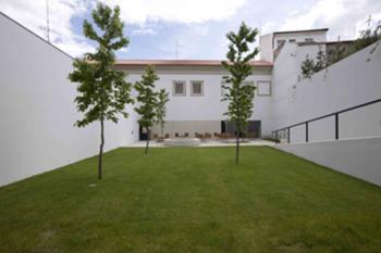 Perspectiva exterior - jardim 8vista para o edifício antigo