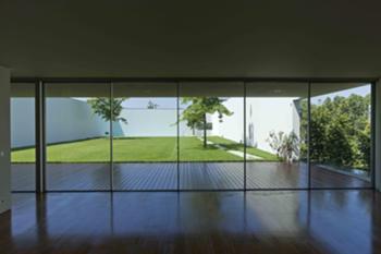 sala de estar (vista para o jardim)
