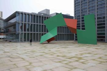 Praça com escultura