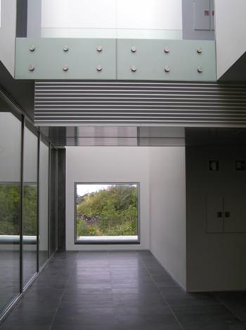Galeria de acesso ao auditório (piso 2) e vista do acesso à biblioteca (piso 3)
