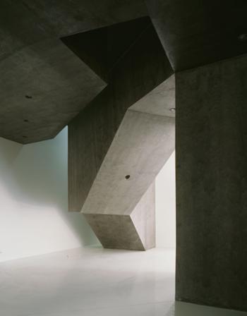 A nova construção mostra a sua independencia e organiza o espaço, num primeiro plano temos a àrea referente à monitorização (6), ao fundo o volume das escadas das residências artísticas anunciam o início do bar (8)