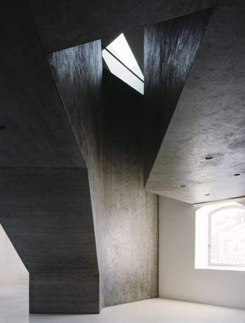 O volume das escadas de acesso às salas de cursos caracteriza a área relativa ao observatório cultural (2