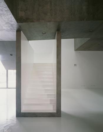 As escadas principais promovem a ligação entre as sociais e as áreas privadas