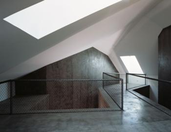 em cima da estrutura na zona do ninho associativo (18) é perceptível o exterior das Salas de Aulas e as escada de acesso