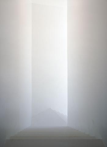no alçado nascente encontra-se o outro acesso ao exterior, mais resguardado possibilita o acesso às residências artísticas (15)