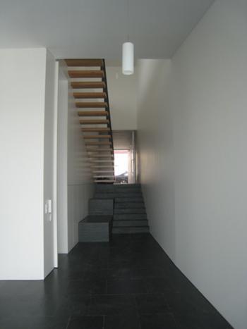 Escadas para o piso superior, com vista em fundo da rua