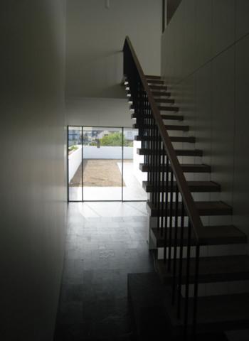 Escadas para o piso superior, com vista em fundo do jardim