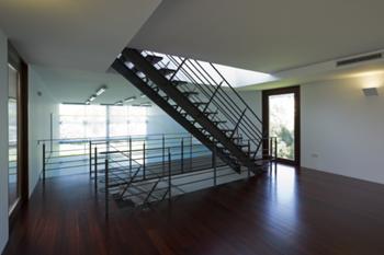 Escada de acesso ao corpo de quartos, a partir do squash