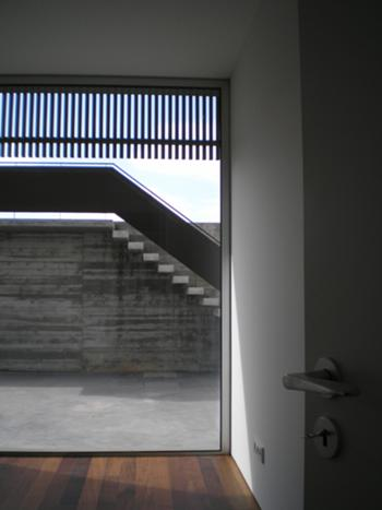 Habitação Unifamiliar, Leiria > Porta de acesso pátio exterior