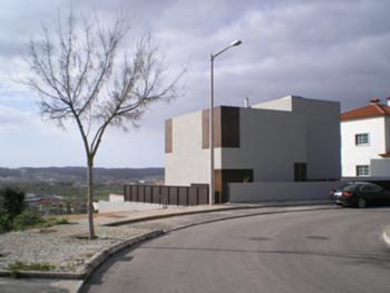 Habitação Unifamiliar, Leiria > Exterior, fachada para a rua (nascente)