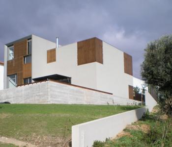 Habitação Unifamiliar, Leiria > Exterior, fachada para a paisagem (poente)
