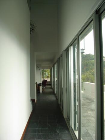 Vista do corredor e caixa de escadas
