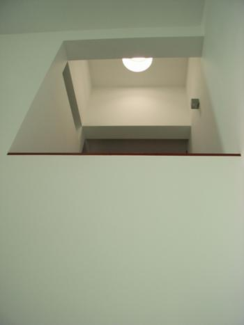 Vista caixa da escada de caracol e claraboia