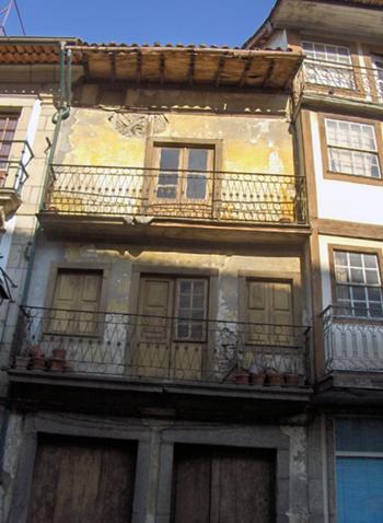Fachada da rua de Camões antes da intervenção