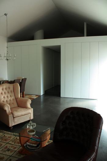 Caixa de passagem 'forrada' de painéis, armários, vãos de acesso à instalação sanitária, cozinha e quarto.