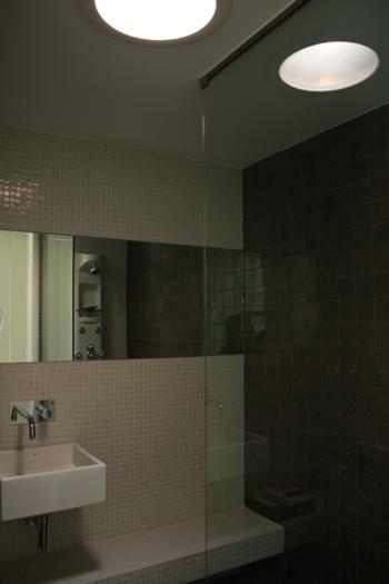 Instalação Sanitária com clarabóia para entrada de luz natural