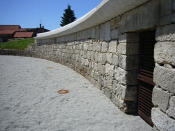 Vista do muro da arena e porta do cárcere poente