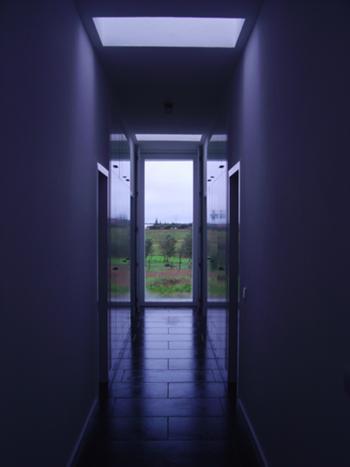 Circulação para quartos e instalações sanitárias, com topo poente interrompido apenas por vão central
