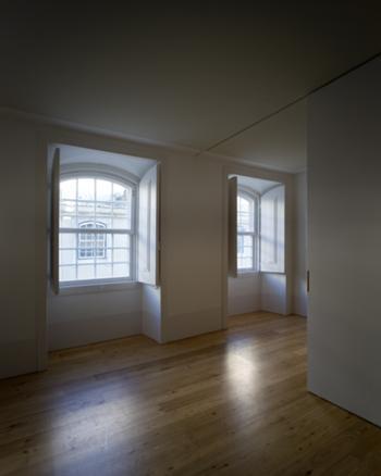 Sala de um fogo no piso 4, com portadas e janelas originais e parede móvel