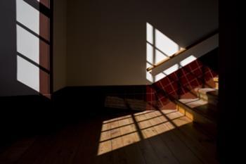 Patamar de escadas com soalho de madeira proveniente do interior dos fogos, degraus de madeira originais de madeira exótica