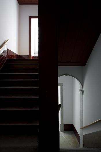 Escadas no piso nobre na transição entre a estrutura de alvenaria e a estrutura de madeira