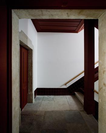 Escadas no piso nobre com lajedo de pedra, novo lambril de azulejo e corrimão desenhado para o edifício