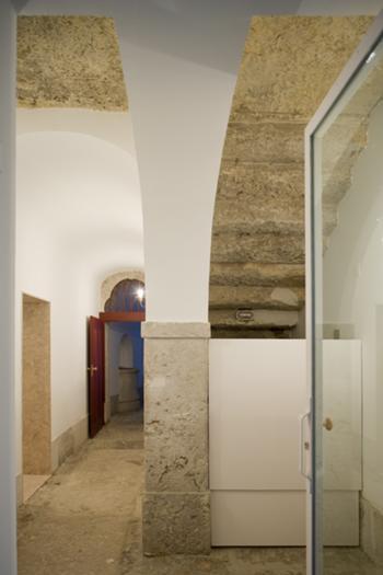 Acessoa ao logradouro no piso térreo com tardoz de escada em pedra maciça  e vão do átrio do elevador