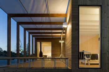 Vista nocturna do pátio, iluminação interior e exterior