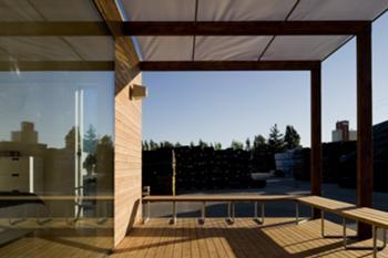 Vista do pátio para o exterior com detalhe do vidro à face do revestimento