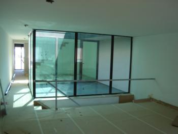 habitação piso 1: sala e pátio
