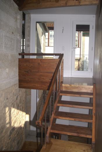 Escada interior entre meios pisos