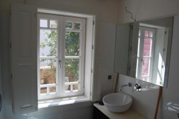 Instalação sanitária orientada ao logradouro