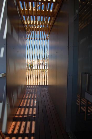 Perspectiva da circulação exterior (corredor de acesso aos balneários a partir da esplanada)