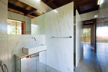 Casa de Banho com paredes em Mármore do Espírito Santo