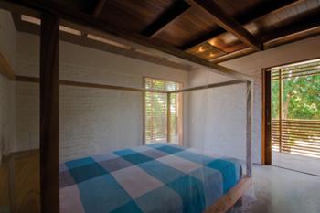 Quarto com paredes de Alvenaria em tijolo artesanal e tectos de Maçaranduba do Pará