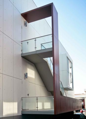 Acesso de serviço e escada da fachada Poente