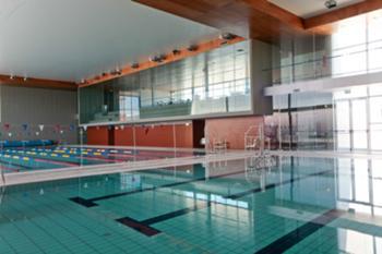 A piscina e a bancada ao fundo