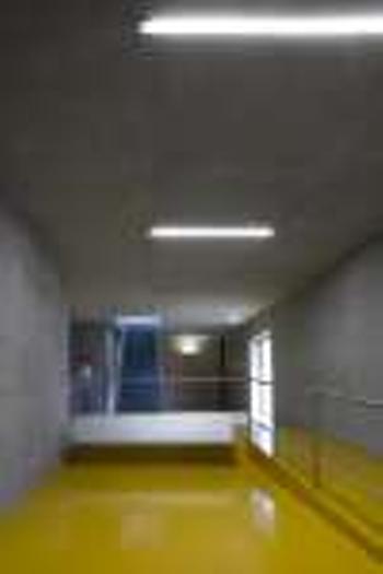 interior área de espera piso inferior