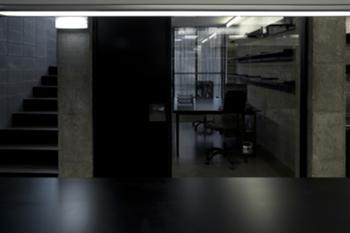 Armazém, escritório e escadas